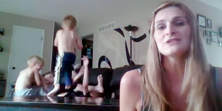 En overveldet mor gjør noe fantastisk mens de 4 guttene hennes går berserk i bakgrunnen