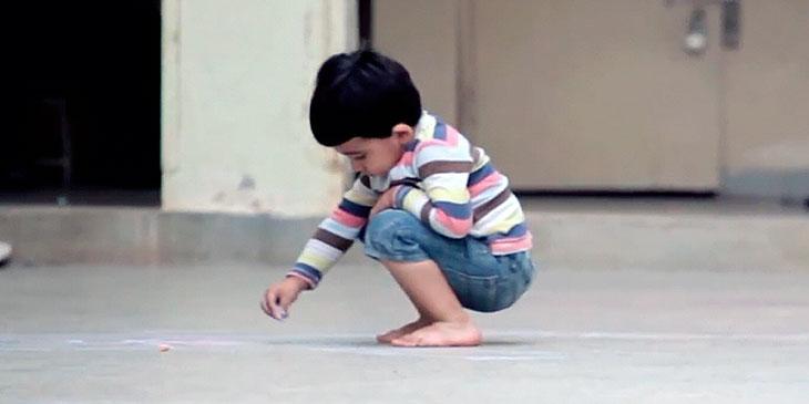 En liten gutt fant noen kritt. Hva han gjorde med dem, knuste hjertet mitt!