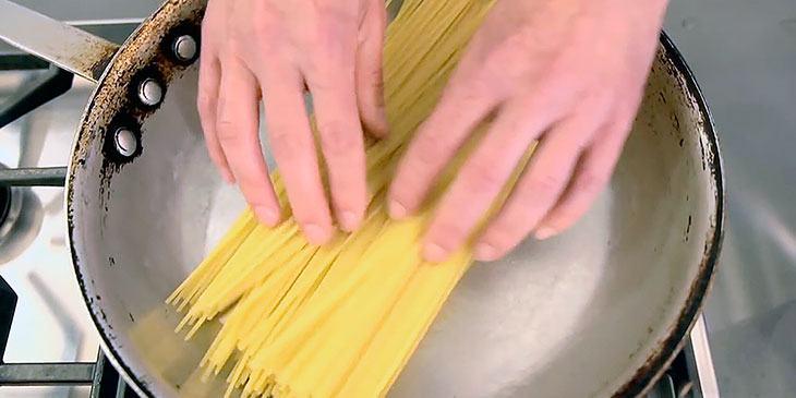 Han plasserer pastaen i en stekepanne. Dette trikset er genialt!