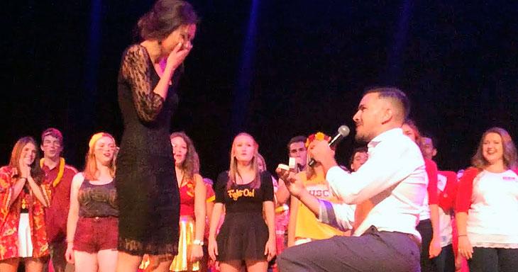Et PERFEKT frieri! Kvinnen i salen ante ikke at hun skulle bli konsertens høydepunkt!