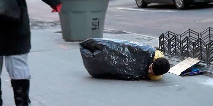 Den hjemløse gutten lå forfrossen på gaten. Det som skjedde med ham, knuste hjertet mitt!