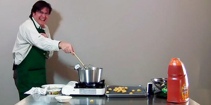 Han prøver å fritere små potetballer. Men … Det ender med en hysterisk latterkrampe!