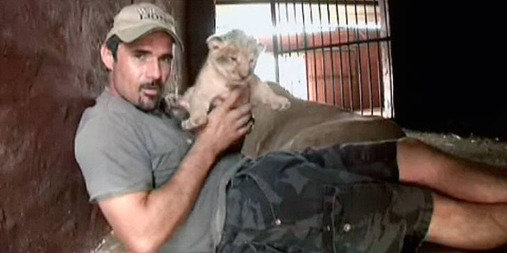 Han plukker opp en løveunge. Løvemammas reaksjon overrasker alle!