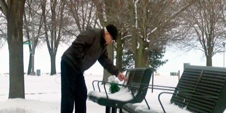 Hver dag legger han en mynt på benken. Jeg klarer ikke å se uten at det kommer en tåre.