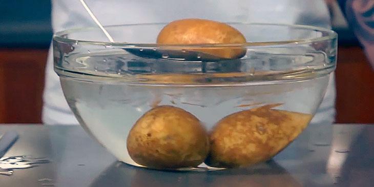 Hun legger potetene i iskaldt vann … Hvorfor? Dette trikset vil spare deg tid!