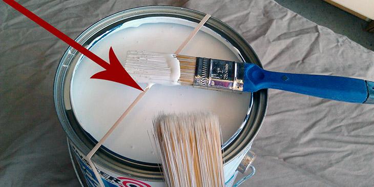 Han plasserer en strikk over malingsboksen. Resultatet er nesten brilliant!