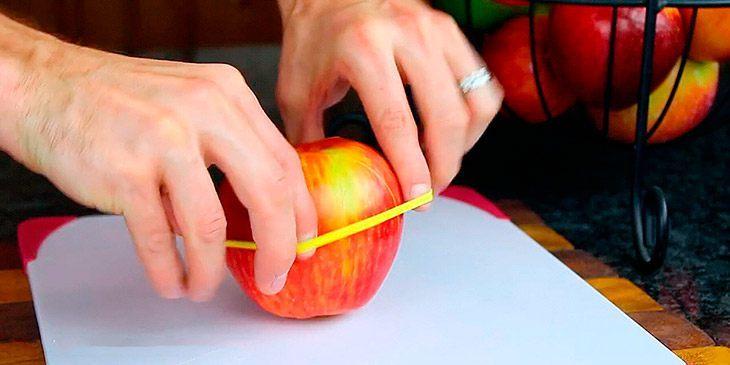 Han trer en strikk rundt eplet. Genialt – Slik får du eplene til å vare lenger