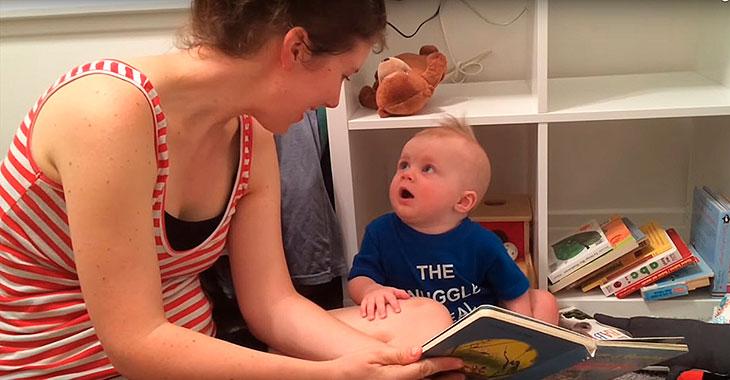 Gutten elsker å bli lest for. Men følg med på hva som skjer når mamma lukker boken!