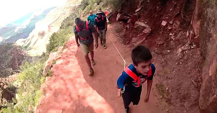 10-åringen sliter seg opp Grand Canyon. Men sjekk hvem han trekker etter seg!