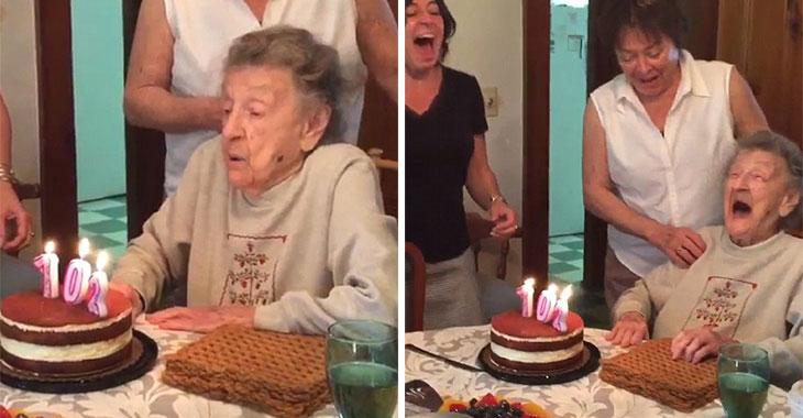 Hun fyller 102(!) og skal blåse ut lysene. Sekunder senere bryter samtlige ut i latter!