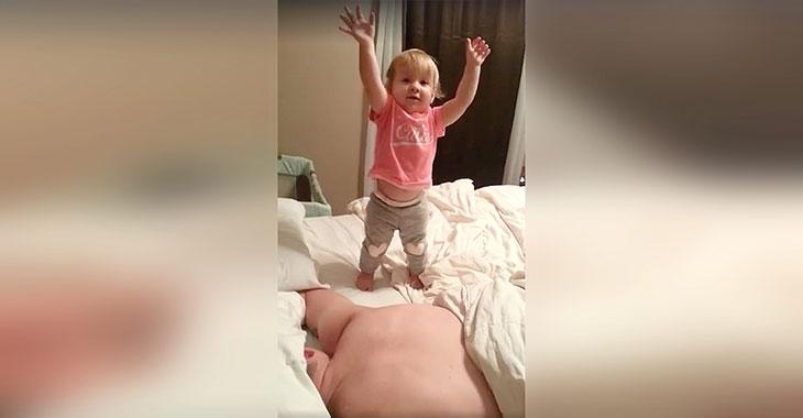 Hun filmer ektemannen som sover. Men når det holder på å gå helt galt? Følg med på hånda hans!