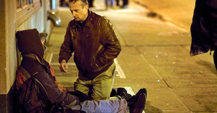 Mannen er alvorlig syk. Da setter en fremmed seg ned hos ham og åpner ryggsekken sin…