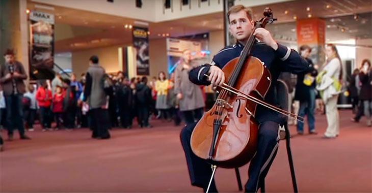Nysgjerrige samler de seg rundt musikeren. Snart står de bare og måper av forbauselse!