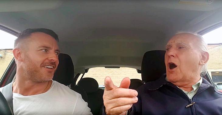 Hjertevarm video viser 80 år gammel Alzheimer-pasient lyse opp når han synger med sønnen