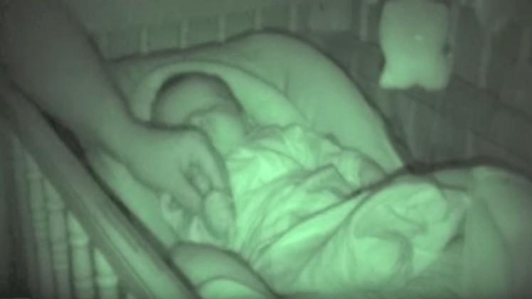 Pappaen forsøker å bre over armene til babyen – Reaksjonen til gutten har fått millioner til å le!