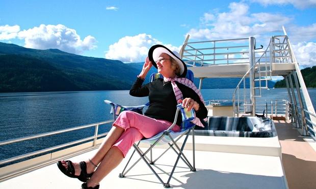 Han spurte en gammel dame: «Hvorfor er du alene på cruise?»  Svaret hennes ga han en briljant idé!