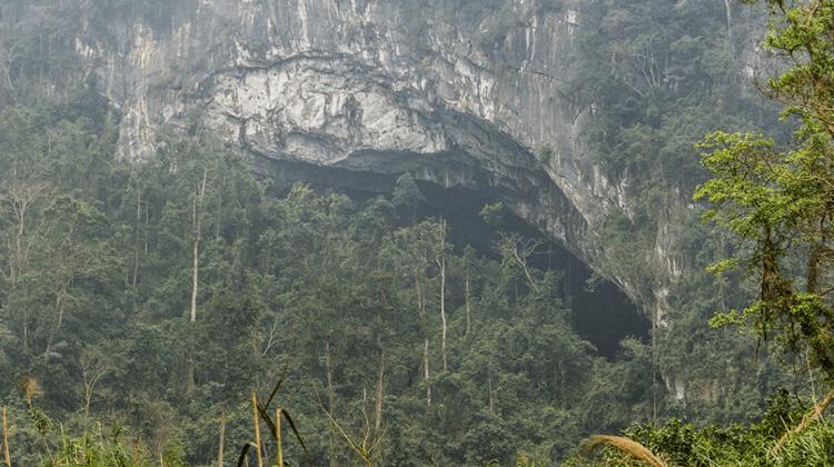 Drone oppdager et hull i fjellet – På innsiden finner man et glemt rike!