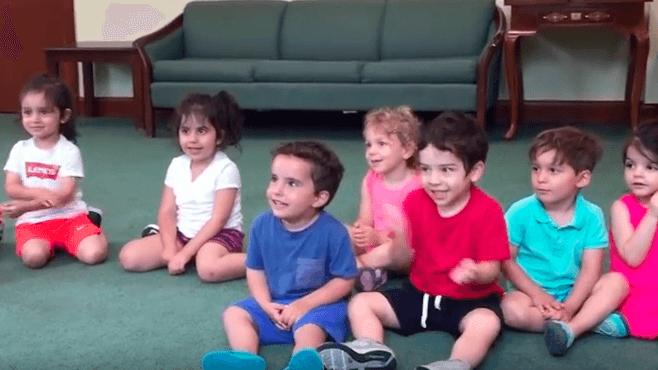 Barna får i oppgave å klappe med hendene – følg med på gutten i blått, noe så morsomt!