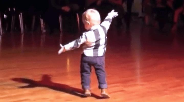 2-åringen hører favorittsangen sin – Starter en dans som har muntret opp millioner av mennesker
