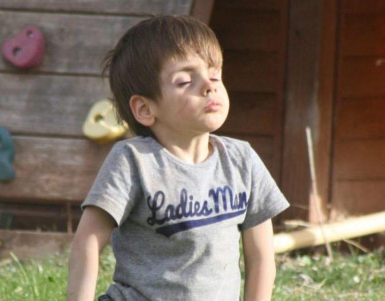 4-år gammel gutt var innesperret i et bur på barnehjem. Her trekker han frisk luft for første gang på flere år