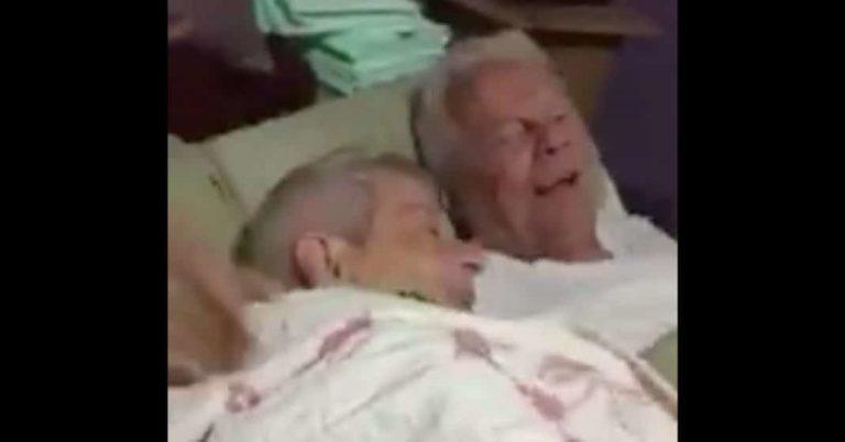 Datter hørte en lyd fra rommet til foreldrene – Begynte å gråte av det far sa til hennes demente mor