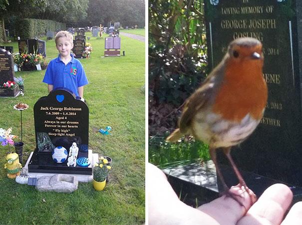 Moren ber om et tegn når hun besøker sønnens grav