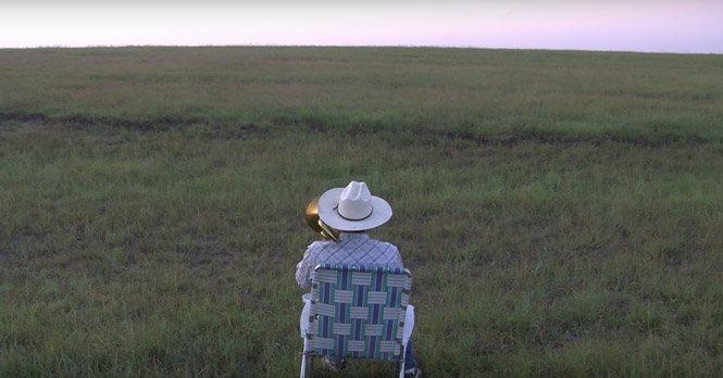 Han setter seg på en eng og spiller trombone – Plutselig kommer det uventet publikum