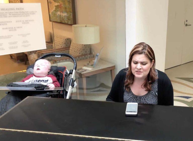Moren spiller piano for sin syke sønn – Utrolig rørende!