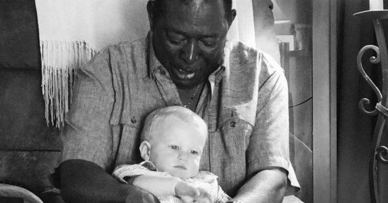 Naboen spør om han kan holde babyen – Faren tar et bilde og rører hele verden