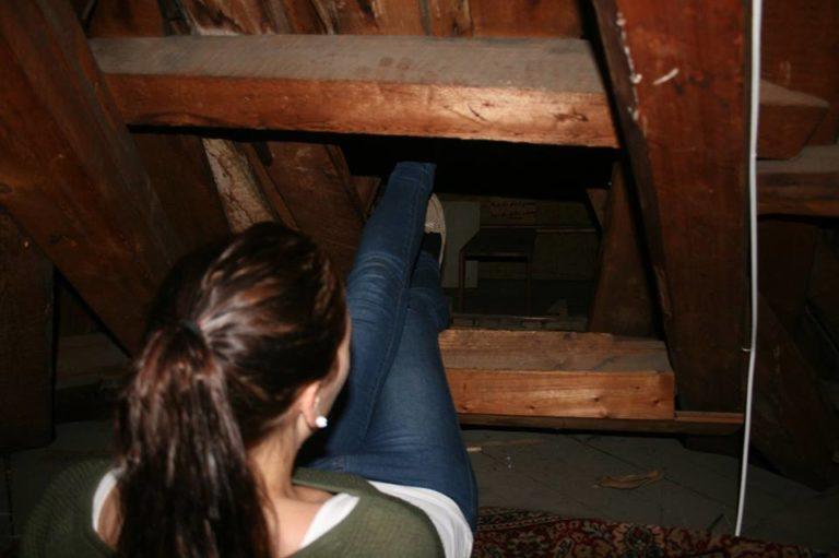 Nordmann fant hemmelig luke på loftet – Bak luken skjulte det seg spor fra andre verdenskrig!