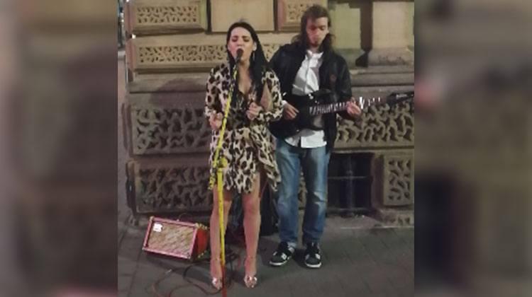 Forbipasserende jente synger sammen med gatemusikant – En ny stjerne er født!